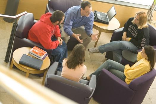 Discussion_Group_in_Atrium02